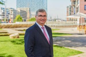 Christoph Vogt vor der Elphi in Hamburg Geldanlage für Senioren im Jahr 2020 bei Nullzins defensiv und ertragreich Auszahlplan