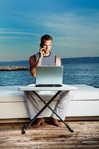 Christoph Vogt unabhängige Finanzberatung zeigt Mann vor Fototapete für Vermögensverwaltung und Geldanlage. Der Mann kann online auf sein Wertpapierdepot mit seiner Vermögensverwaltungsstrategie zugreifen.