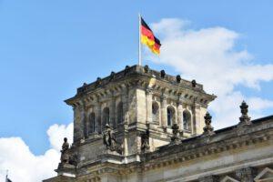 Christoph Vogt erklärt die ideale Vermögensverwaltung und Geldanlage für Senioren in Buxtehude Niedersachsen Norddeutschland mit Fonds und Gold und Hedging