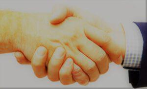Handschlag zwischen Christoph Vogt und einem Partner für die Geldanlage und Vermögensverwaltung