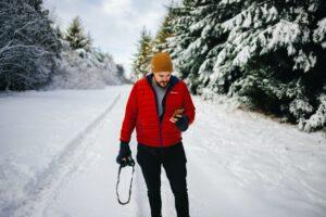 Christoph Vogt erklärt mit dem entspannten Mann im Winterwald wie es sich anfühlt, eine funktionierende Vermögensverwaltung mit Fonds zu haben.