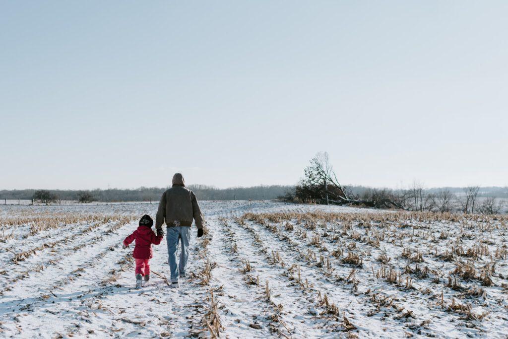 Christoph Vogt Vermögensverwaltung für Landwirte zeigt Bauern im Tochter auf seinem Feld. Sichere Geldanlage für Generationen. Vermögensverwaltung mit Investmentfonds.