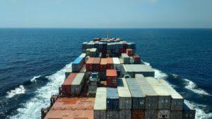 Container Schiff auf großer Fahrt