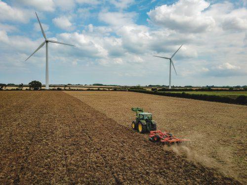 Vermögensverwaltung für Landwirte und Bauern über Generationen von Christoph Vogt Finanzberatung und Geldanlage zeigt Bauern mit Traktor auf Feld schlaue Anlage mit Investmentfonds für Generationen um Vermögen zu bewahren und zu vermehren
